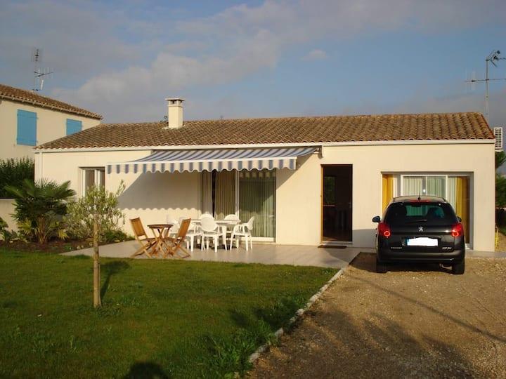 Jolie maison ensoleillée terrasse jardi tt confort