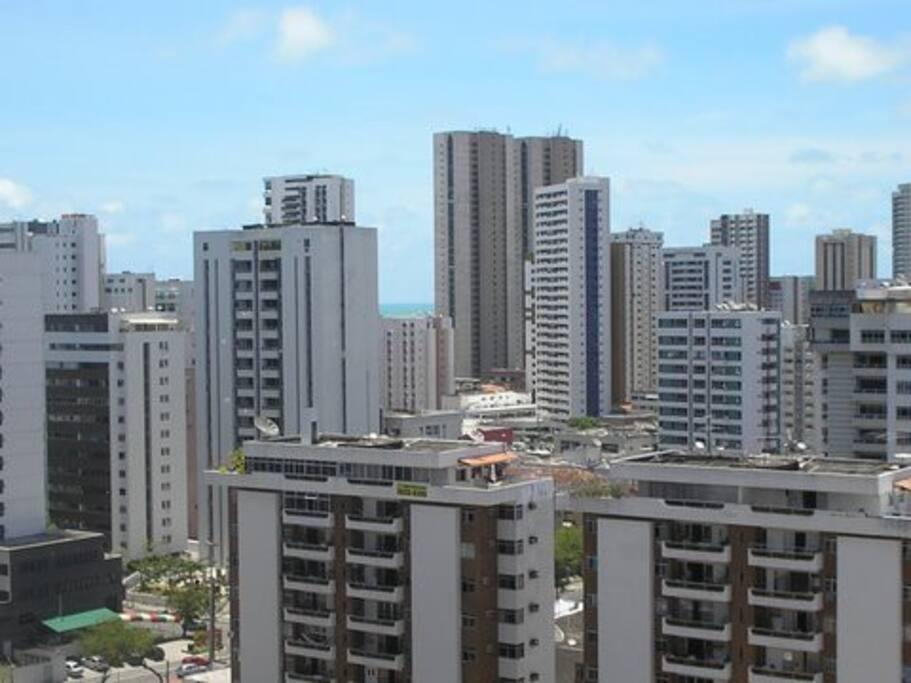 Vista da sala, nas proximidades do shopping e da praia.