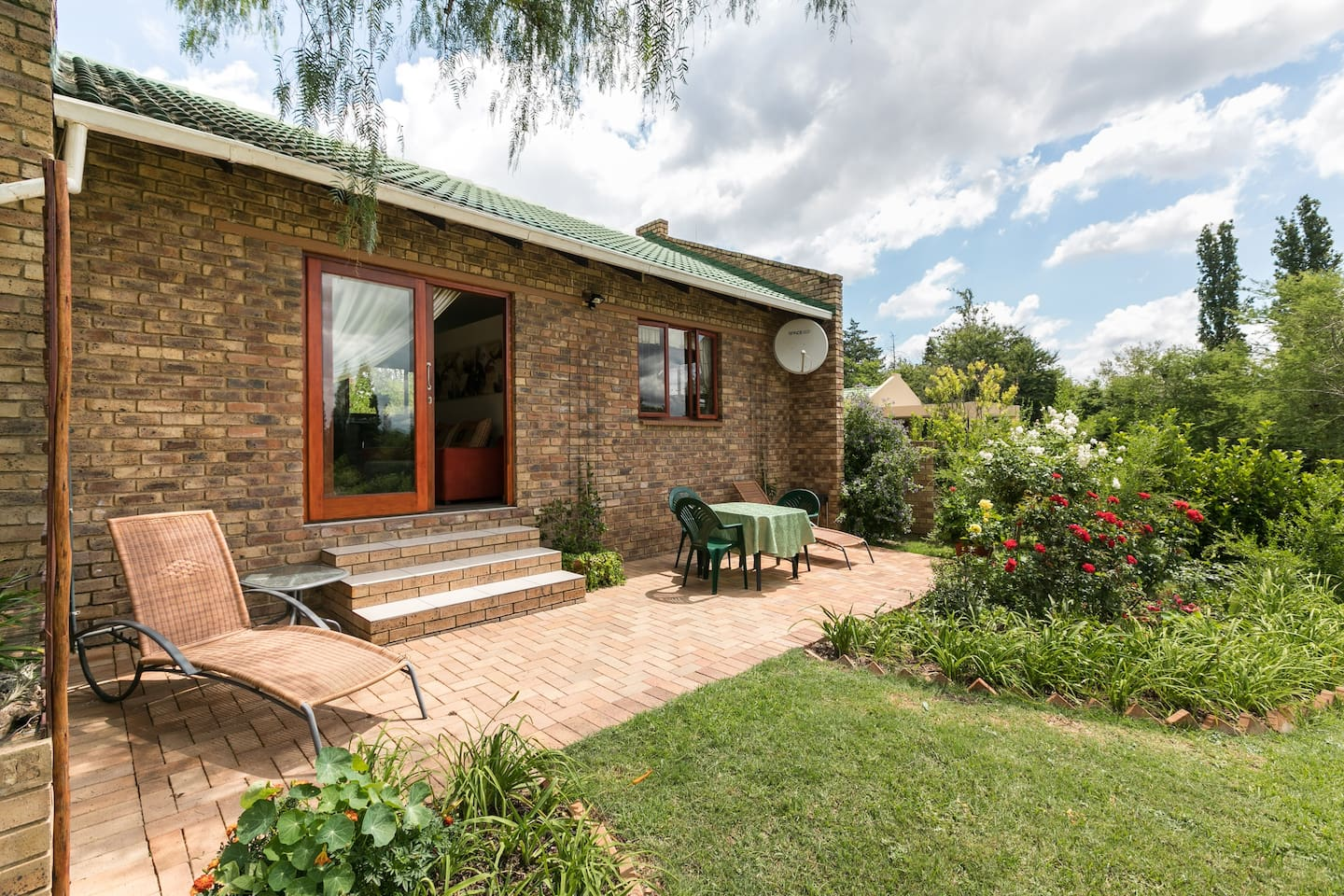 PRIVATE, Spacious Cottage Private patio for braai or relaxation.