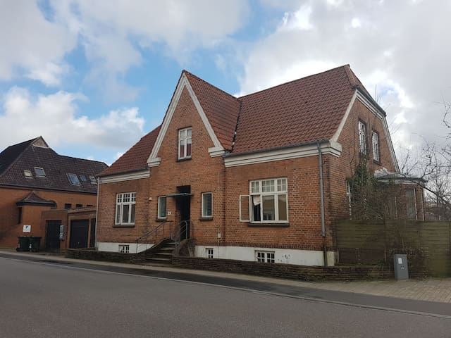 Private room in big old villa in central Herning - Herning - House