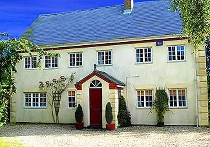 Large detached 6/7 bedroom house