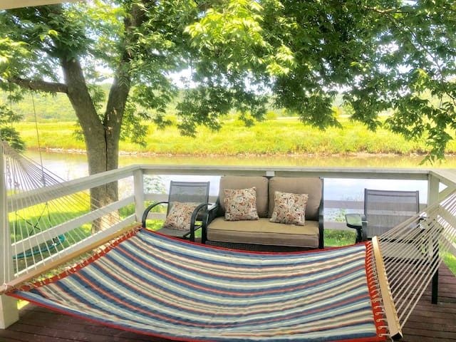 River side cottage -W/HOT TUB JACUZZI