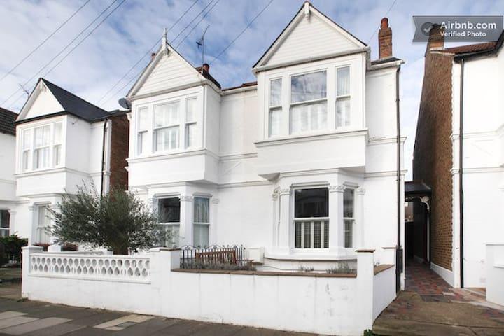 3 BEDROOM HOUSE IN CHISWICK, ZONE 2 - Londen - Huis