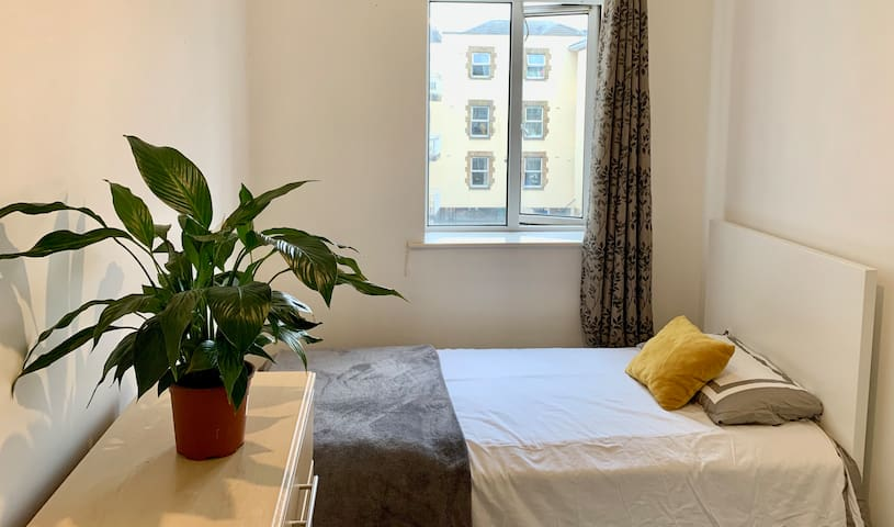 GREAT SINGLE BED IN SHARED ROOM (2 BED)