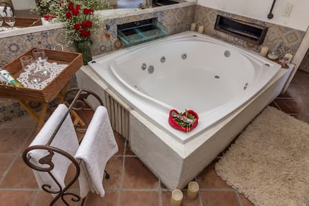 SUITE OF THE FOREST: ROMANCE AND JACUZZI TREAT
