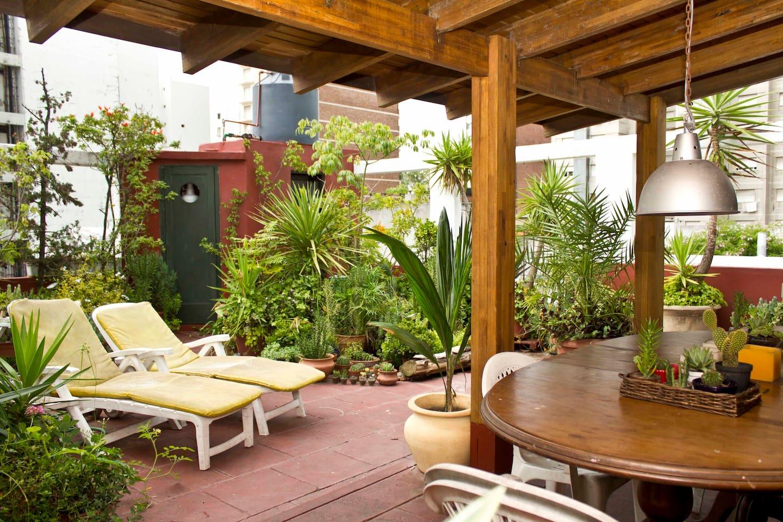 Terraza con gran parrilla, sitio techado para comer: paz en medio de la ciudad.