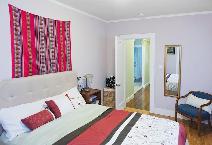 Queen Bed w/ En-Suite Private Bath