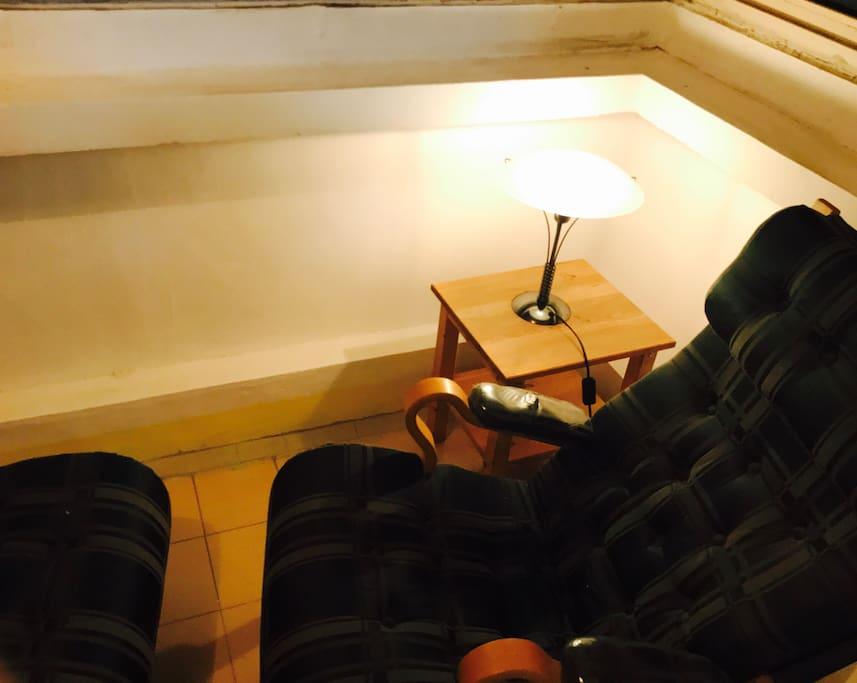 有一个大大大大的阳台,可以坐下来休息看书,沏上一杯茶,一解百天劳累