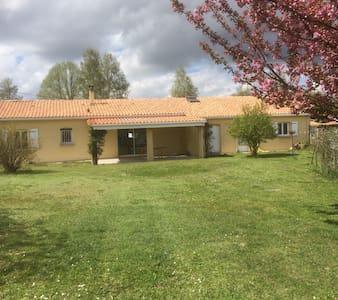 2 chambres à louer dans une maison a la campagne - Saint-Cybardeaux - Dům