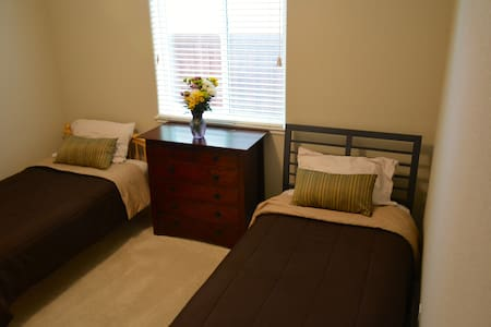 Clean & Quiet 2-beds room close to Airport and UCD - 伍德兰(Woodland) - 独立屋