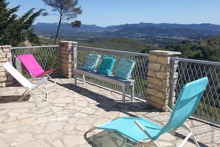 Chalet piscine , vue panoramique . - Le Castellet