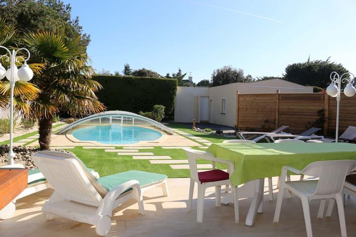 Villa avec piscine, plage au bout de la rue !!!