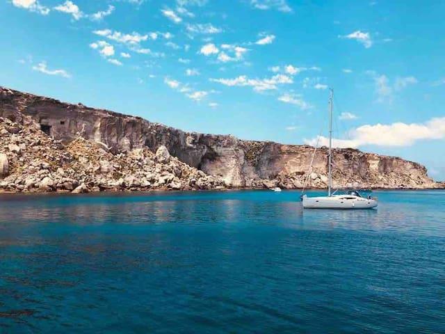 Safíra, elegante barca a vela in giro per le Egadi