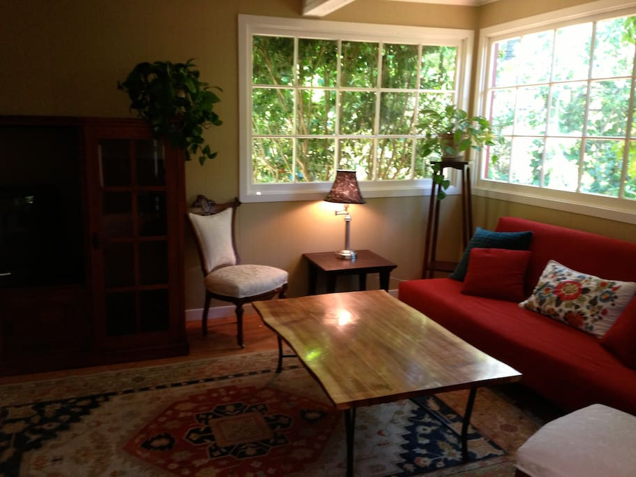 Sun parlor, great for reading, relaxing, watching TV and/or extra place that sleep 2.