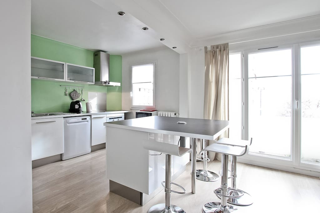 There is a fully equipped and modern kitchen