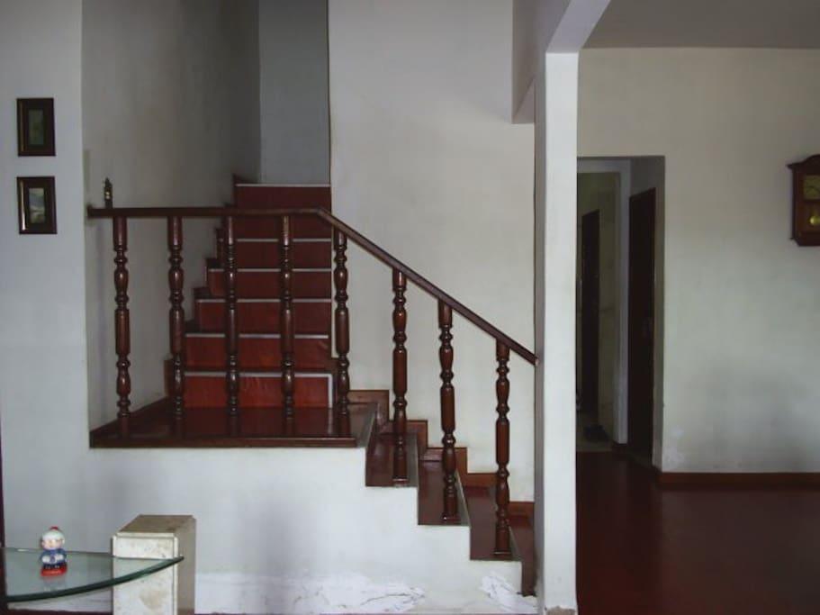 Escada de acesso ao andar dos quartos de hospedagem.