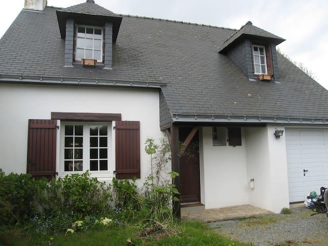 maison à la campagne pres mer, plages,vaste jardin - Saint-Molf - Huis