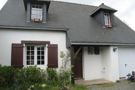maison à la campagne pres mer, plages,vaste jardin - Saint-Molf - 独立屋