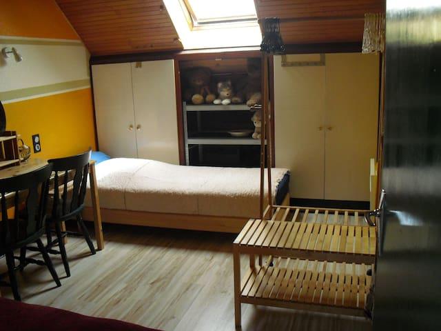 chambre à coucher 2 personnes, 2 lits simples. / bedroom 2 persons single beds