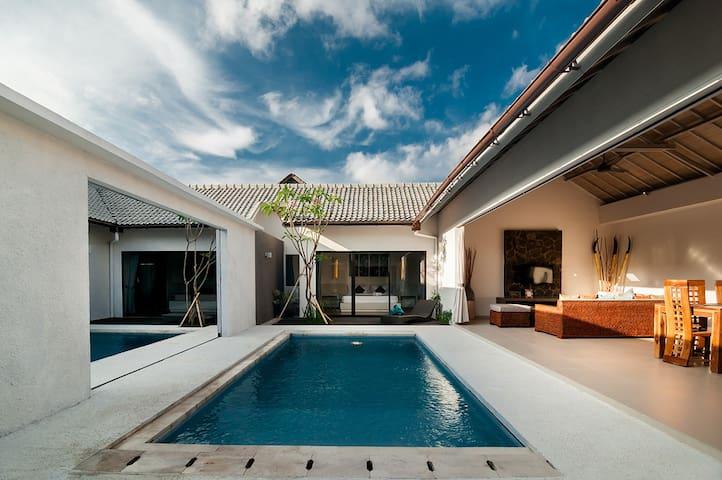 Luxe 2BR Villa Walk Distance to Seminyak Beach !