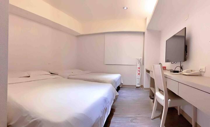 翻新過基隆市區廟口夜市旁、簡單乾淨四人房、近車站、基隆海洋廣場