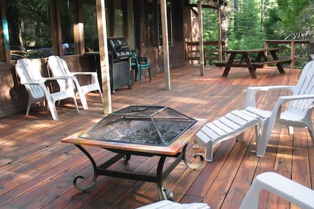 Romantic Cabin w/ Hot Tub & Lg Deck