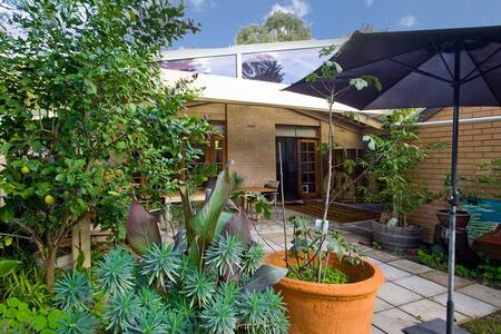 Secluded, near city, double room - Unley - 단독주택