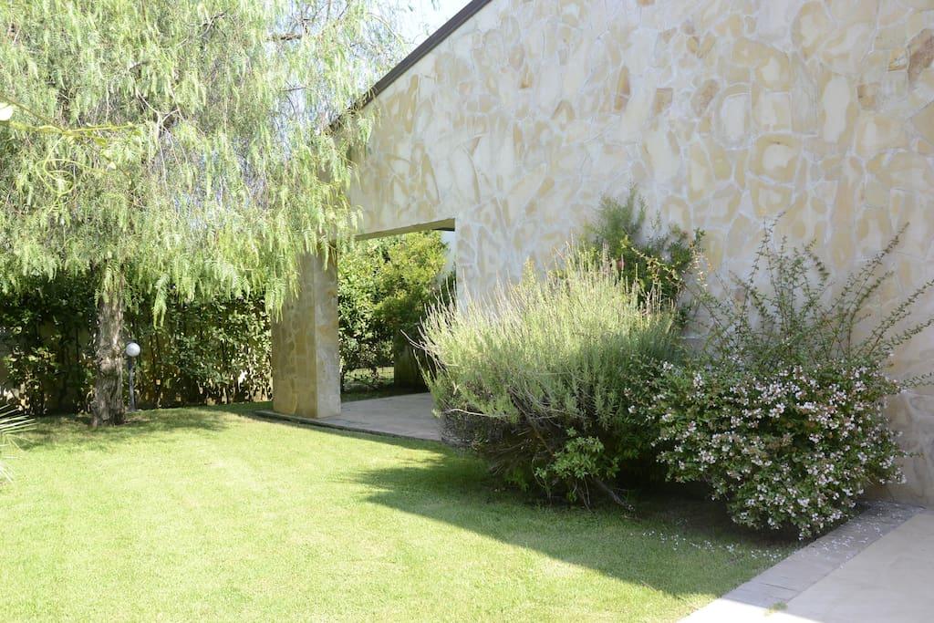 una parte del giardino (con patio della camera matrimoniale)