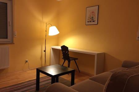 Ruhiges Zimmer, Pool und Anbindung - Hus