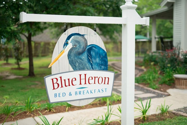 Blue Heron by the lake - Named Louisiana's B&B of the Year!