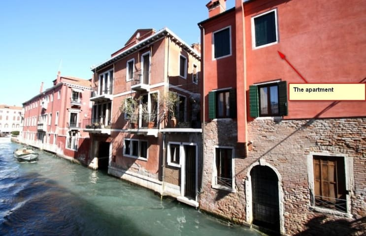 Big flat over venetian canal with great terrace