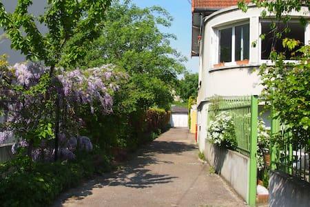 House garden/parking next to Paris14/tube station - Gentilly - 独立屋