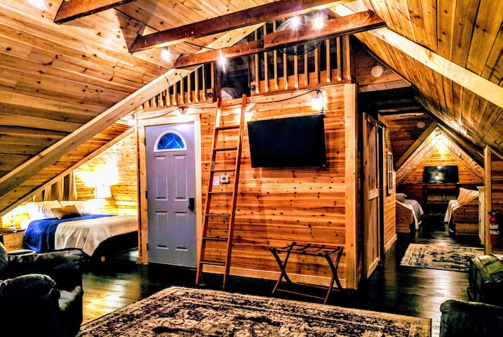 Big Blue Bed and Breakfast (Attic Hideaway)