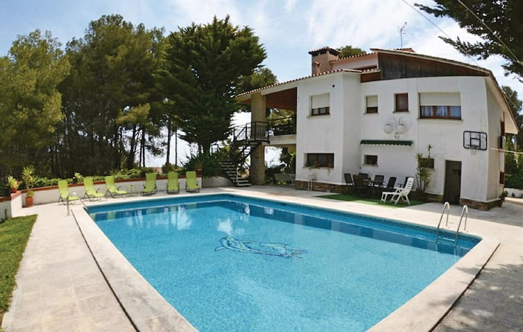 Holiday cottage with 5 bedrooms on 325 m²