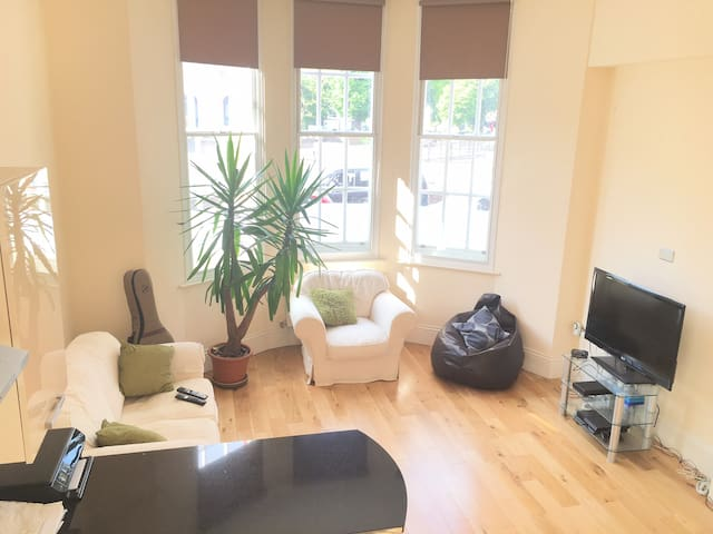 Double bed, Spacious/Modern Apt. - Bromley
