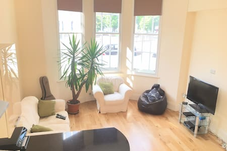 Double bed, Spacious/Modern Apt. - Bromley - Apartamento