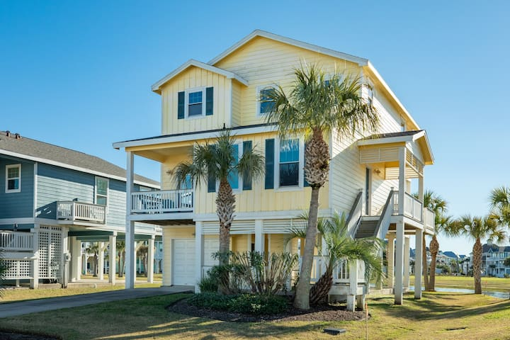 Oceanview seaside home w/ a shared hot tub, pool, fitness center, & more!