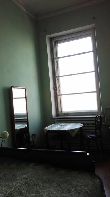 Спальня 1. Двуспальная кровать, зеркало, вид из кона.