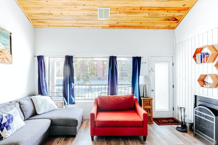 Sleek ski condo steps from the slopes w/free WiFi & shared hot tub - Dogs ok!