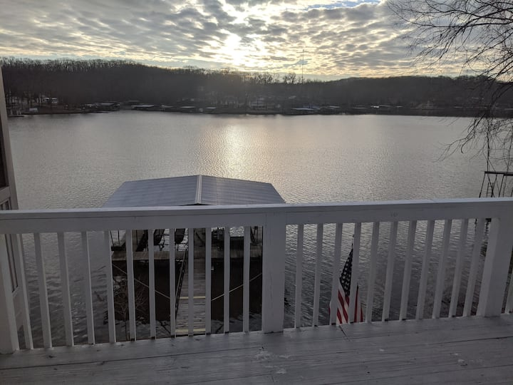 Lakefront 3bd/2BA in cove at 10MM w/2 well dock