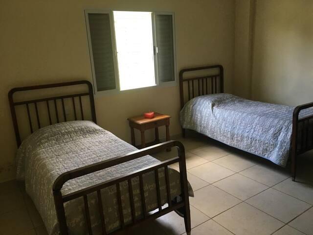 Quarto com duas camas de solteiro, podendo acrescentar 2 colchões de Solteiro ou um da Casal