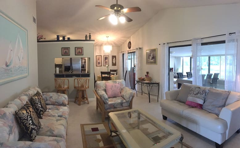 Lovely house with Pond view in Greater Carrollwood