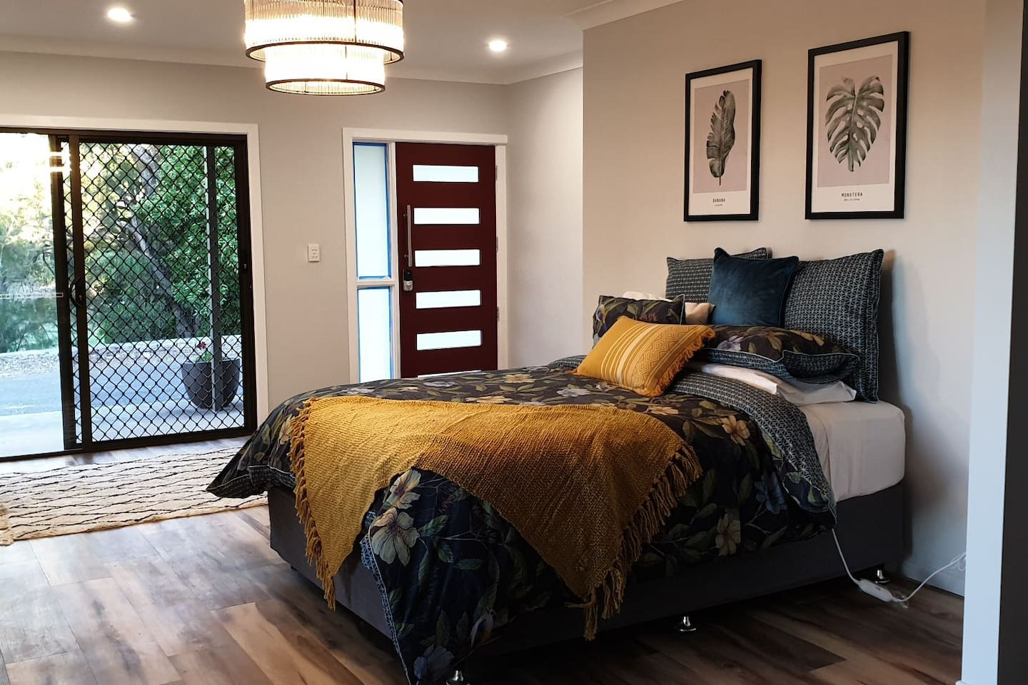 Open plan studio apartment with Queen Bed, Walk in Robe and quality linen.