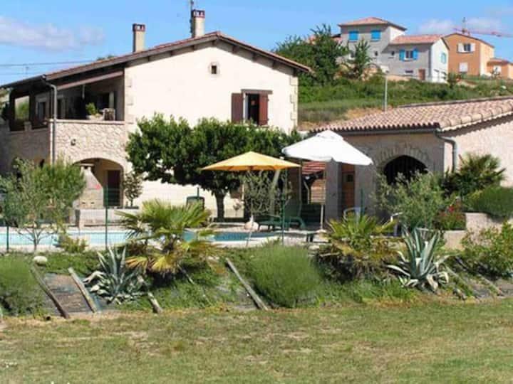 Gîte avec piscine à Aubenas côté campagne