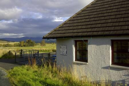 Cairngorm cottage sleeps 4 - Newtonmore - Дом