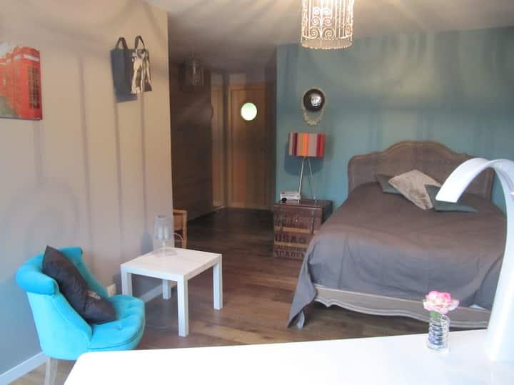 Grande chambre avec salle de bain et accès privé