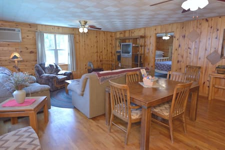 Rustic 3 BR Spearfish Canyon lodging in the pines