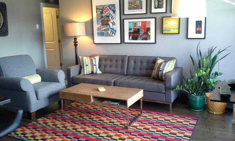Downtown modern 2 bedroom condo  - Calgary - Huoneisto
