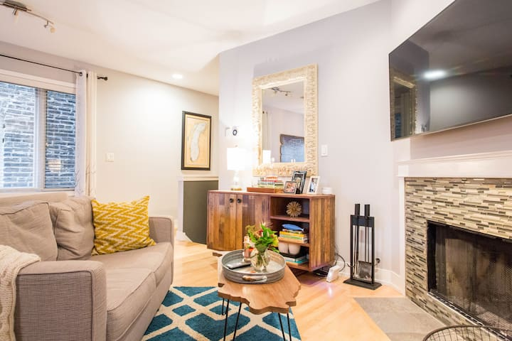 Relax in a Cozy Condo in West Town, Noble Square