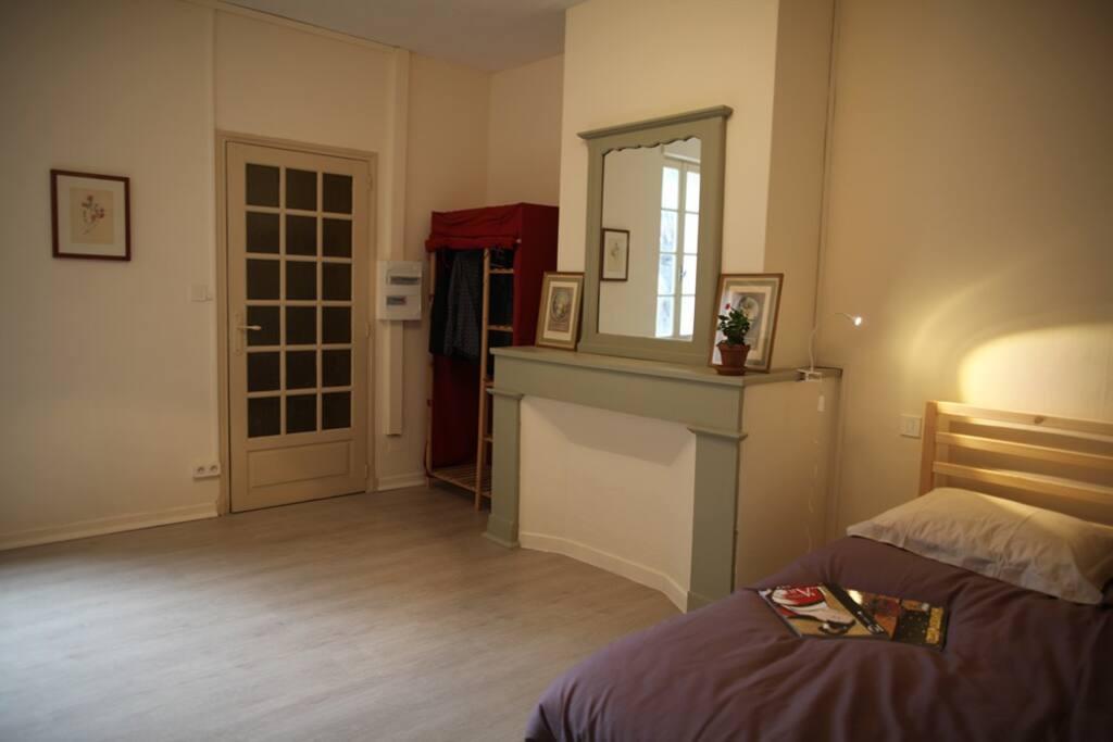 la chambre avec la cuisine au fond